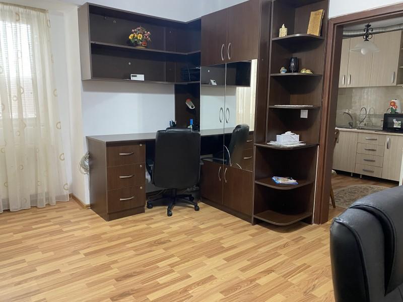 2 camere semidecomandate, 1Mai, in spatele magazinului Sara si Facultatii de Medicina, centrala termica, complet mobilat