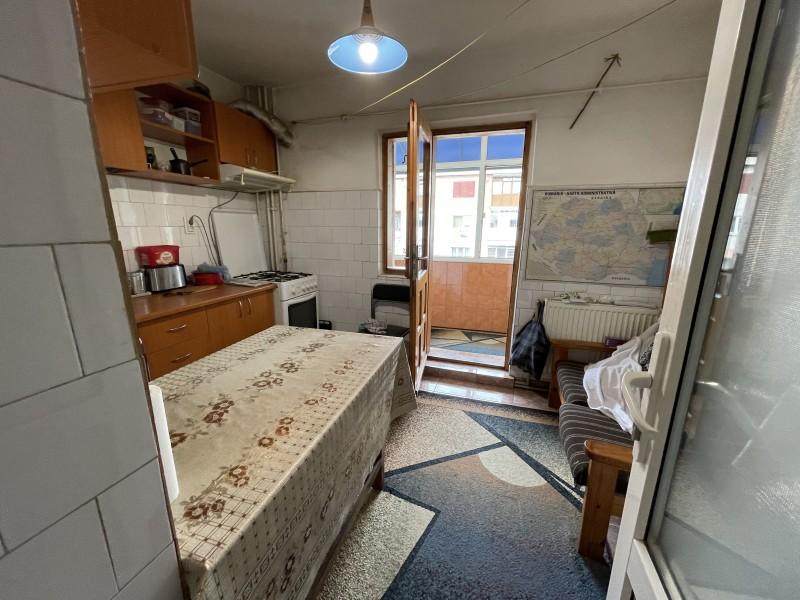 3 camere decomandate, 67 mp utili,vis-a-vis Bacriz, Rovine, C-uri, etaj 3/4, centrala termica