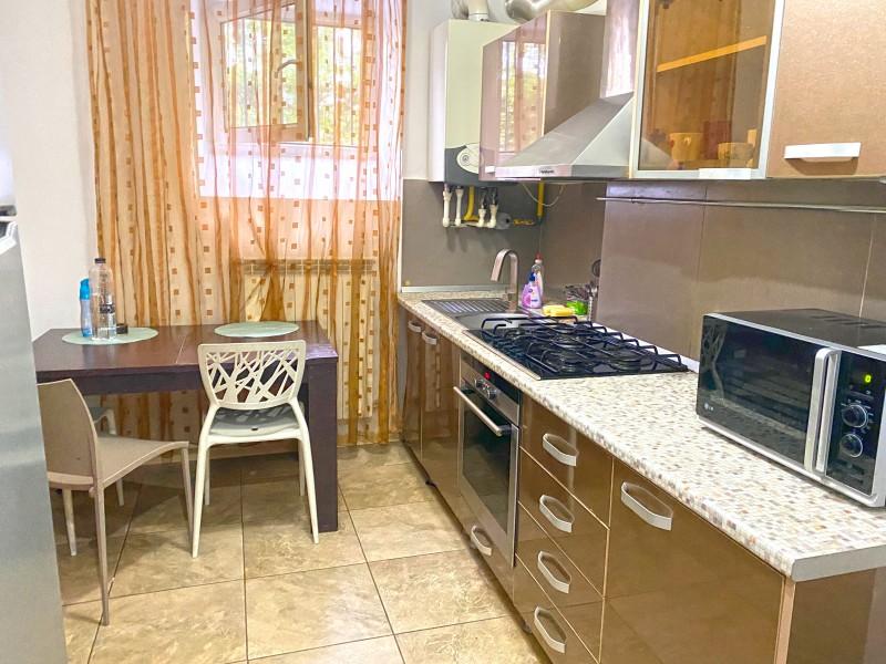 Apartament 2 camere decomandat, mobilat si utilat complet, centrala termica, demisol, intre Ramada si Liceul CFR