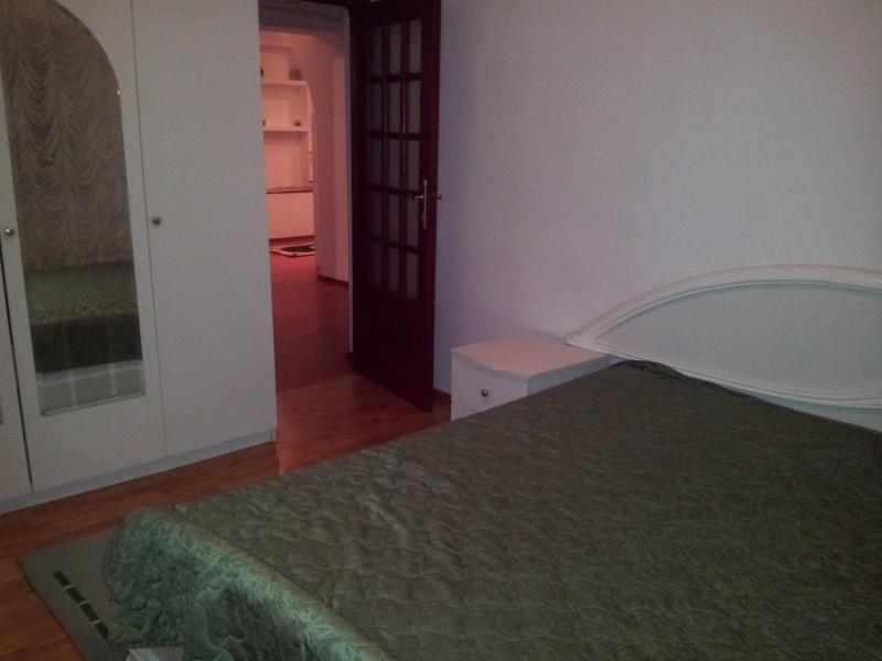 Inchiriere apartament 3 camere decomandat, etaj 4/7, an constructie 1995, Calea Bucuresti, zona Piata Centrala