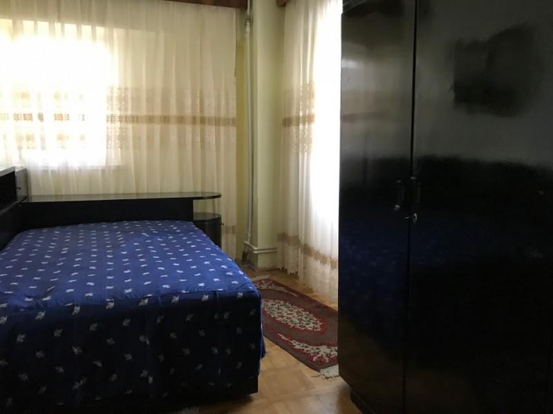 Inchiriere apartament 3 camere decomandat, mobilat, etaj 2/7, an constructie 1995, Calea Bucuresti, zona Piata Centrala