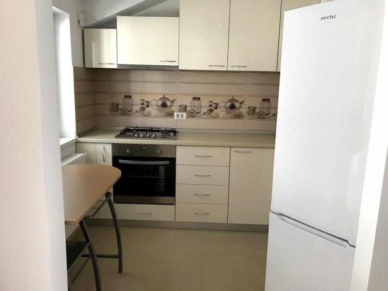 Inchiriere apartament 3 camere decomandat, mobilat, etaj 4/5, an constructie 2016, Centru, zona Mercur