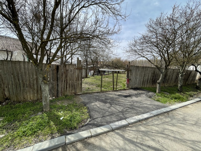 Teren Popoveni, intre case, toate utilitatile inclusiv gaz si canal,1025mp, 25ml deschidere la asfalt
